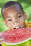 Afroamerikaner-Jungen-Kind, das Wassermelone isst Stockfoto
