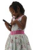 Afroamerikaner-kleines Mädchen im Kleid mit Telefon Lizenzfreie Stockfotos