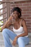 Afroamerikaner-Kursteilnehmer auf dem Handy, der Kamera betrachtet Lizenzfreies Stockbild
