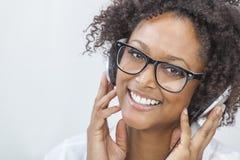 Afroamerikaner-Mädchen, das auf MP3-Player-Kopfhörer hört Lizenzfreies Stockfoto