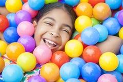 Afroamerikaner-Mädchen-Kind-bunte Plastikkugeln stockfotografie