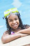 Afroamerikaner-Mädchen-Kind im Swimmingpool Stockbild