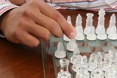 Afroamerikaner-männliche Hand mit Schach-Set Stockfotografie