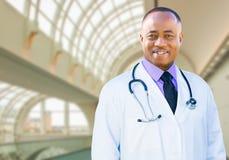 Afroamerikaner-männlicher Doktor Inside Hospital Office lizenzfreie stockbilder