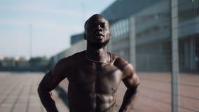 Afroamerikaner männliches athlet tut Morgenübung draußen nah herauf Zeitlupesonnenglanz Training, das auf steht stock video footage