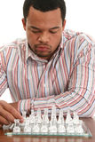 Afroamerikaner-männliches spielendes Schach Lizenzfreies Stockbild