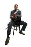 Afroamerikaner-Mann, der ein Weinlesemikrofon anhält Stockfotografie