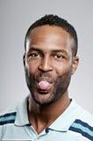 Afroamerikaner-Mann, der heraus seine Zunge haftet Stockfotografie