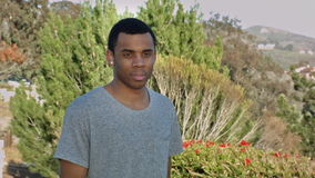 Afroamerikaner-Mann geht draußen und lächelt stock footage