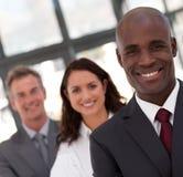 Afroamerikaner-Mann-Geschäft, das ein Team führt Stockbild