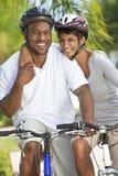 Afroamerikaner-Mann-u. Frauen-Paar-Radfahren Stockbild