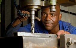 Afroamerikaner mit Bohrgerätpresse Lizenzfreie Stockfotos
