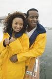 Afroamerikaner-Paare auf der Yacht lizenzfreie stockfotos