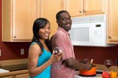 Afroamerikaner-Paare, die - horizontal kochen Lizenzfreies Stockbild