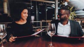 Afroamerikaner-Paare, die in Restaurant datieren stockfotografie