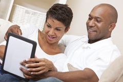 Afroamerikaner-Paare unter Verwendung des Tablette-Computers Lizenzfreies Stockfoto
