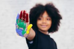 Afroamerikaner spielerisch und kreatives Kind, das Händen schmutzige wi erhält lizenzfreies stockbild