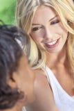 Afroamerikaner u. blonde junge Frauen-Freunde Lizenzfreie Stockfotografie