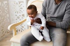 Afroamerikaner-Vater-Playing With-Mischrasse Baby-Sohn stockfotos
