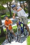 Afroamerikaner-Vater-und Sohn-Reitfahrräder lizenzfreie stockfotos