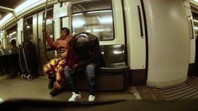 Afroamerikaner zwei, den Frauen in beweglichem Zug, eins von ihnen sitzen, gleitet stock video footage