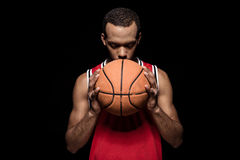Afroamerikanerbasketball-spieler, der mit Ball aufwirft Stockfoto