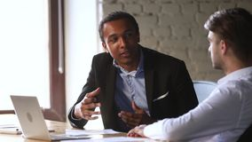 Afroamerikanerberufsmanagerberater-Beratergespräch zum kaukasischen Kunden stock footage