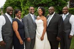 Afroamerikanerbraut und -bräutigam mit Familie Stockfotos