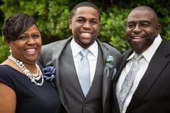 Afroamerikanerbraut und -bräutigam mit Familie Lizenzfreie Stockfotos