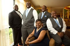 Afroamerikanerbraut und -bräutigam mit Familie Stockfotografie