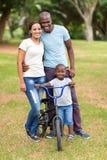 Afroamerikanerfamilie draußen Lizenzfreie Stockfotografie