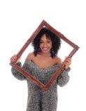 Afroamerikanerfrau, die AbflussrinnenBilderrahmen schaut stockfotos