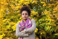 Afroamerikanerfrau, die draußen mit den Armen gekreuzt steht Stockfoto