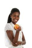 Afroamerikanerfrau, die einen Apfel anhält Stockbild