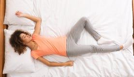 Afroamerikanerfrau, die ihren Schlaf, Draufsicht genießt lizenzfreies stockbild