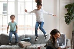 Afroamerikanerfrau, die Problem mit Kinder-Erziehung hat lizenzfreies stockbild