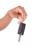 Afroamerikanerfrau Hand, die neue Auto-Taste anhält Lizenzfreie Stockfotos