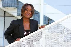 Afroamerikanerfrau im Büro Lizenzfreie Stockfotografie