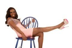 Afroamerikanerfrau lehnen sich zurück im blauen Stuhl stockfotografie