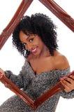 Afroamerikanerfrau mit Bilderrahmen stockbild