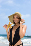 Afroamerikanerfrau am Strand lizenzfreie stockbilder