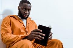 Afroamerikanergefangenholdingbuch und -c$schauen stockfotos