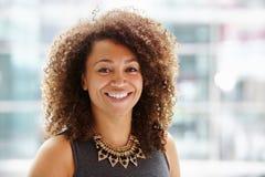 Afroamerikanergeschäftsfrau-, Haupt- und Schulterporträt lizenzfreie stockfotos