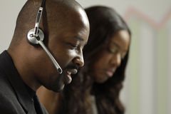AfroamerikanerGeschäftsmann, der ein Kundenbesuch entgegennimmt Stockfotografie