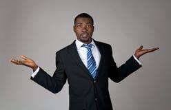 Afroamerikanergeschäftsmann, der verwirrt schaut Stockbild
