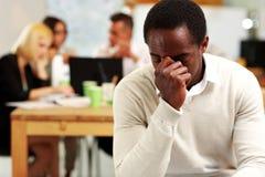 Afroamerikanergeschäftsmann ermüdet Stockfotos
