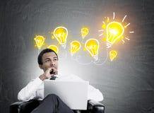 Afroamerikanergeschäftsmann, Glühlampen Lizenzfreie Stockfotos