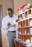 Afroamerikanergeschäftsmann-Lesedokument Lizenzfreies Stockfoto