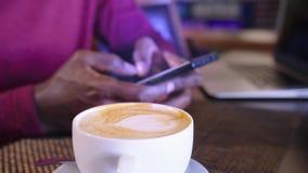 AfroamerikanerGeschäftsmann mit Laptop in einem Café stock video