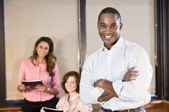 Afroamerikanergeschäftsmann mit Mitarbeitern Stockbild